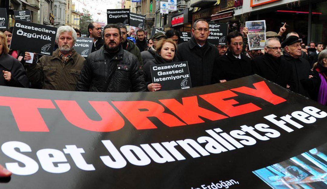 مراسلون بلا حدود: 348 صحافي معتقل عبر العالم