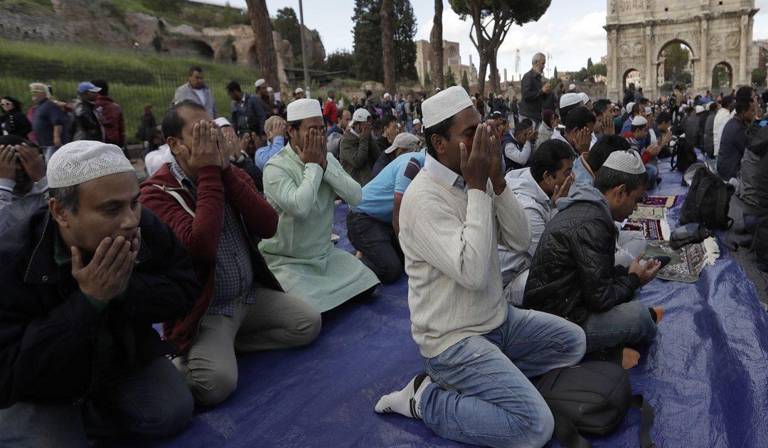 دراسة رسمية: المغاربة أكثر الجاليات تديّنا بإيطاليا