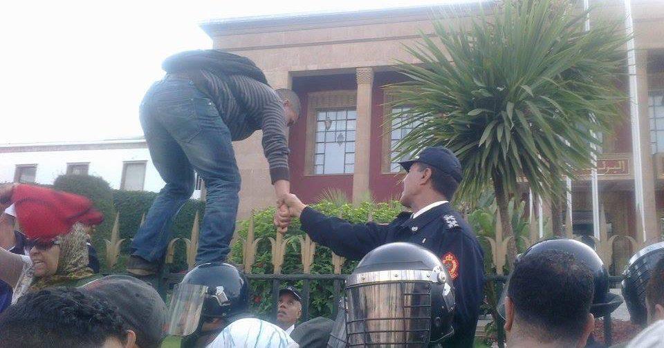 مجازون معطلون يحاولون اقتحام مبنى البرلمان + صور