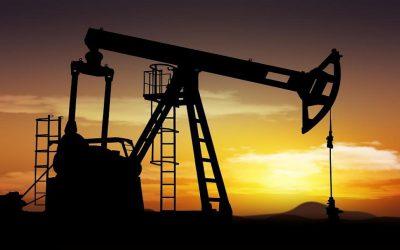 أسعار النفط تتراجع بسبب تخمة العرض
