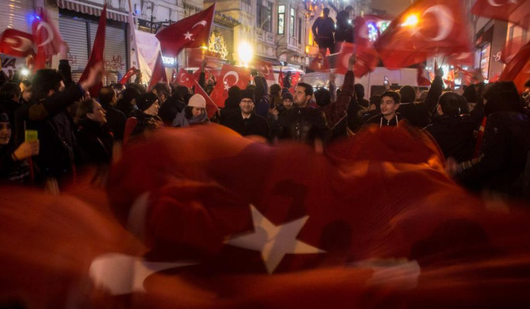 """رد تركيا """"الشديد"""".. نزع علم هولندا من على قنصليتها بإسطنبول"""