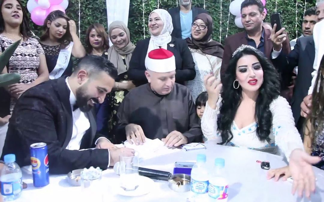 لحظة توقيع سمية الخشاب على عقد زواجها