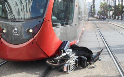 """اصطدام دراجة نارية بـــ""""الطرامواي"""" يتسبب في إرسال جريحان إلى المستشفى"""