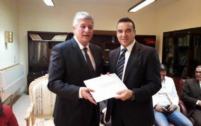 السفير المصري بمسقط يكرم  الصحفي محمد سعد