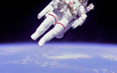 """""""NASA"""" تعلن وفاة """"بروس ماكاندليس"""" أول من مشى بدون قيود في الفضاء"""