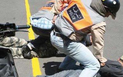 شرطي يضطر لإطلاق النار لثني مجرم يحمل سكينا كبيرا من الإعتداء على فتاتين بالبيضاء