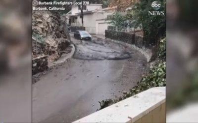 سائق أمريكي يخاطر بحياته ويقود سيارته عبر سيول كاليفورنيا الجارفة