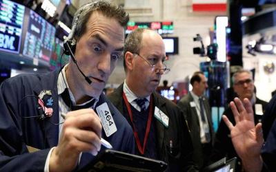 """سقوط مؤشر """"داو جونز""""  يسائل سياسة """"ترامب"""" وينذر بـ""""أزمة إقتصادية"""" قادمة ؟!"""