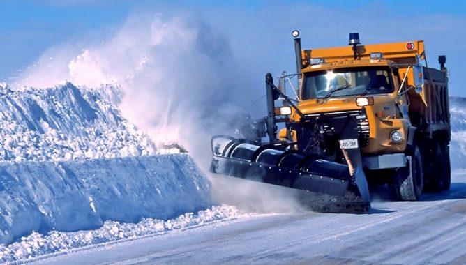 فتح حركة السير بجميع المحاور الطرقية بعد إزاحة الثلوج