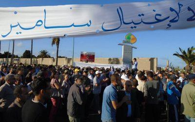 """عمال """"لاسامير"""" يعتصمون أمام الشركة ويحملون الحكومة مسؤولية ما آل إليه وضعها"""