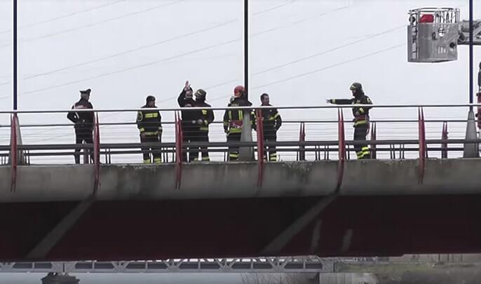 بالفيديو..مغربي يهدد بالانتحار من جسر بإيطاليا