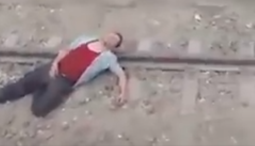مواطن يحاول الانتحار على سكة المترو  بسبب رفع سعر التذاكر +فيديوهات