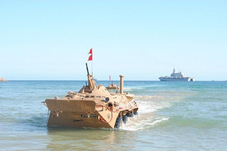 """الجزائر تجرب مدرعات """"بي تي إر-80"""" الروسية في أضخم مناورة عسكرية في افريقيا الشمالية"""
