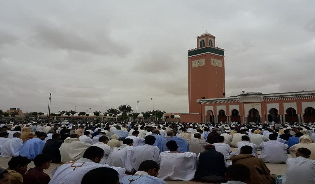 ساكنة العيون تأدي صلاة العيد في أجواء روحانية بهيجة