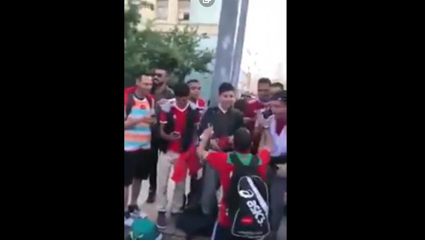 مشجعين مغاربة يحاصرون رئيس هيئة الرياضة السعودي بروسيا