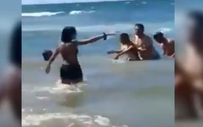 بالفيديو..عمل بطولي..شوفو كيفاش عتقو سيدة من الغرق بشاطئ الصخيرات