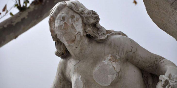 """تمثال """"المرأة العارية"""" يتعرض لمحاولة التحطيم بالجزائر  + فيديو"""