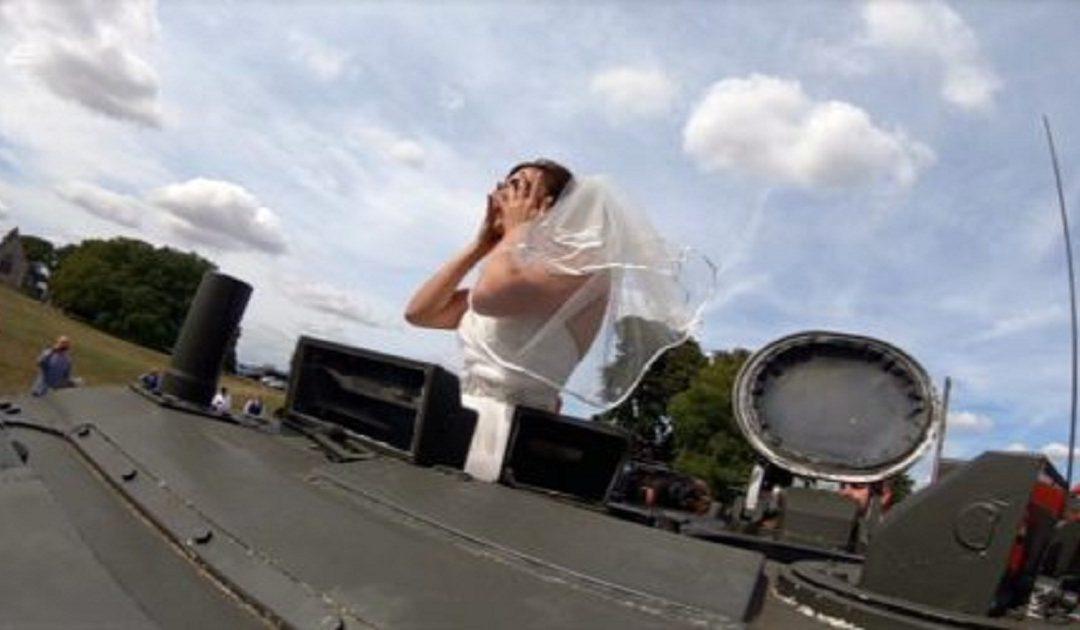 عريس يزف عروسه على دبابة + صورة