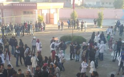 احتجاجا على الساعة الإضافية..تلاميذ مؤسسة تعليمية يقاطعون الدراسة + صور