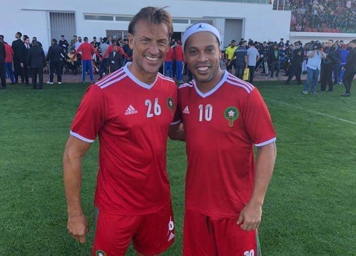 بالصور : رونالدينيو ونجوم العالم في مباراة استعراضية بمدينة العيون