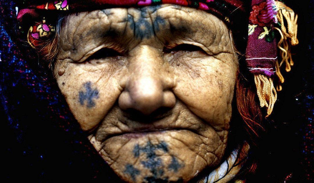 الوشم الأمازيغي بين الثقافة والدلالة والإيحاء…قصص على أجساد تحكي حقبا من التاريخ