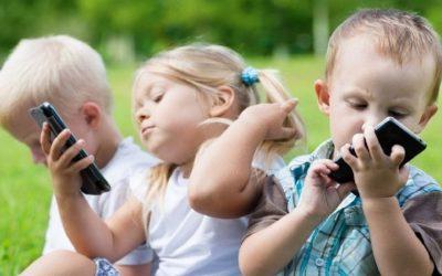 كيف تؤثر الهواتف الذكية على دماغ الطفل؟