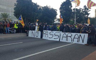 بالفيديو..احتجاجات بكاتالونيا تغلق الشوارع لمنع اجتماع رئيس حكومة مدريد بوزراءه
