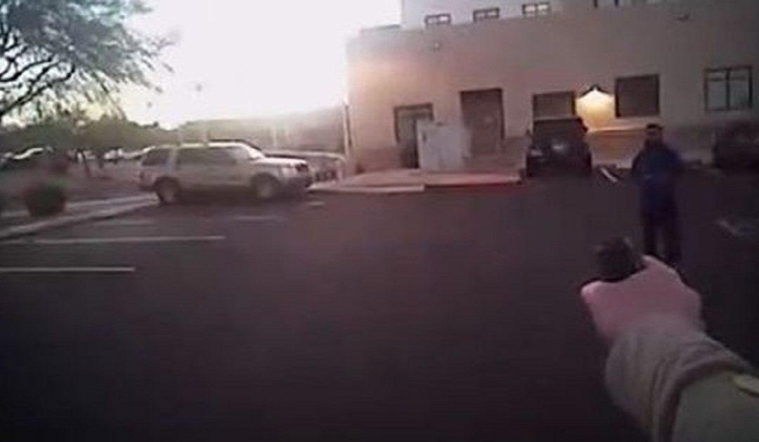 """""""داعشي"""" يستدرج الشرطة الأمريكية ويسقط برصاصتين أمام الكاميرا"""