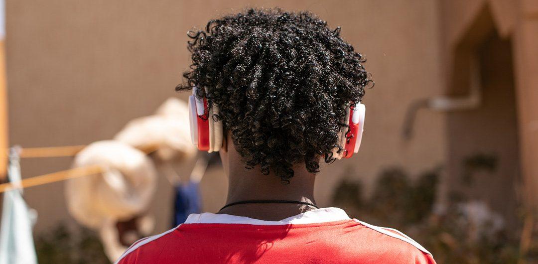أكثر من مليار شخص مهددون بخطر الإصابة بالصمم بسبب سماعات الهواتف الذكية