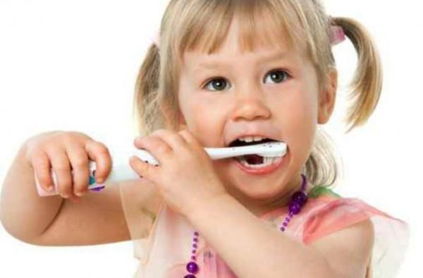 هذه أضرار معجون الأسنان على الأطفال