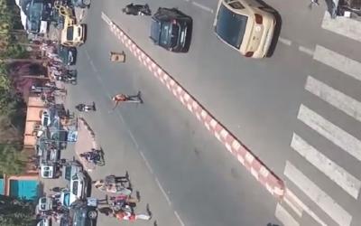 """بالفيديو..""""مقرقب"""" يعربد بالقرب من دائرة أمنية ويزرع الرعب في نفوس المارة بمراكش"""