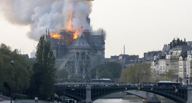 اندلاع حريق مهول في كاتدرائية نوتردام في باريس