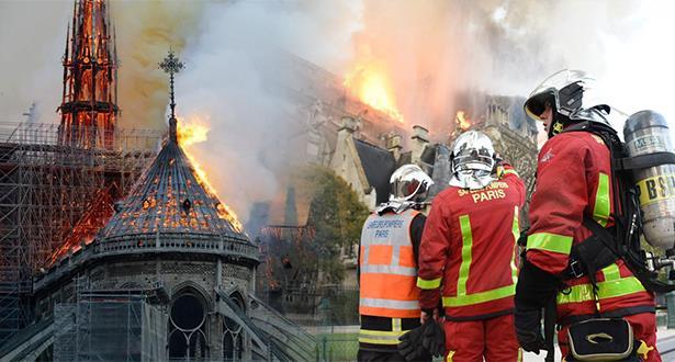 انهيار برج كاتدرائية نوتردام في باريس بعدما التهمته النيران