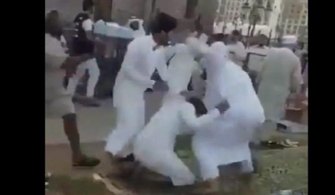 فيديو لمعركة بالقرب من المسجد النبوي دقائق قبل أذان المغرب