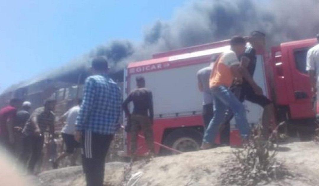 اندلاع حريق خطير بمحلات خاصة ببيع قطع غيار السيارات + صور