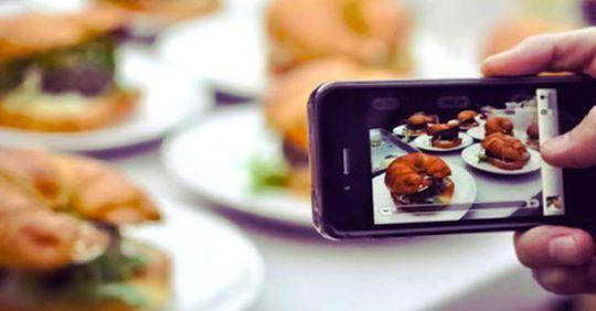 """المغاربة يطلقون حملة """"لا لتصوير مائدة الإفطار"""" رحمة بالفقراء"""