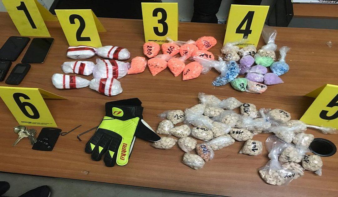 توقيف شخصين بتهمة حيازة الكوكايين والأقراص المهلوسة + صور