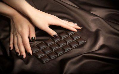 """تناول """"الشوكولاتة الداكنة"""" يوميا.. ماذا يفعل بالعقل؟"""