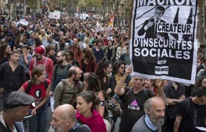"""النقابات تدعو العاملين بالقطاع العمومي إلى الإضراب والتظاهر ضد مشروع قانون """"تسهيل التعاقد"""""""