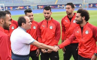 عبد الفتاح السيسي يزور لاعبي المنتخب المصري ويحثهم على بذل أقصى الجهد لإسعاد الشعب المصري