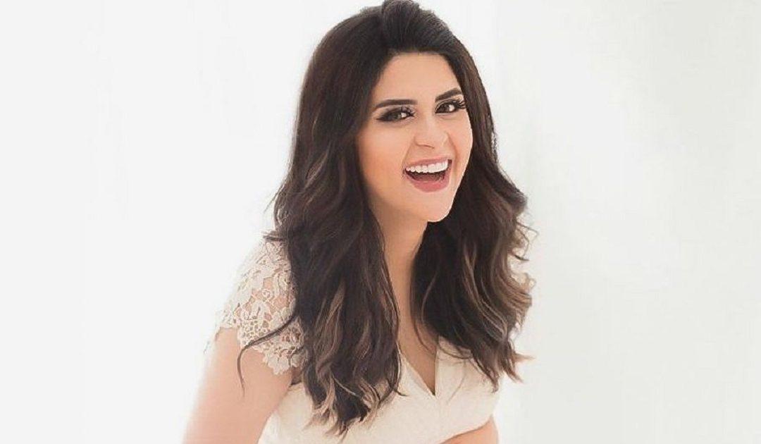 سلمى رشيد تحيي جمهورها بإطلالات حمل صيفية شبابية ومريحة + صورة