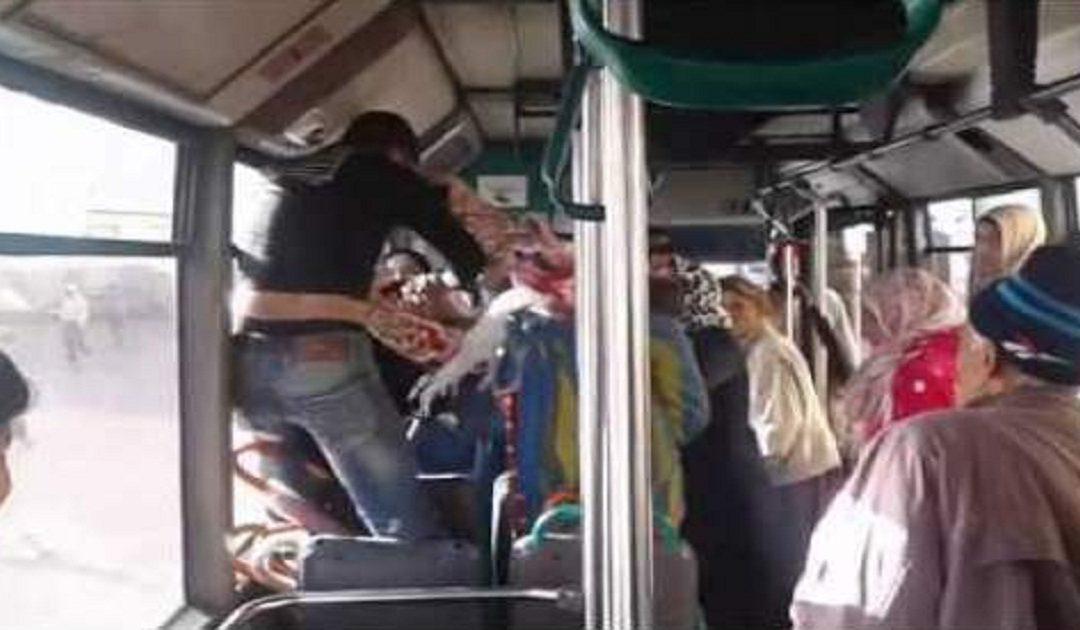 فتح تحقيق مع أشخاص عرضوا حياة ركاب حافلة للخطر