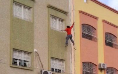 سقوط شابة من الطابق الثاني في حادث غامض