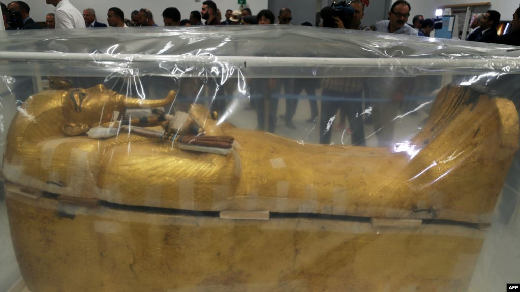 """مصر تعلن تفاصيل أول عملية ترميم تابوت """"توت عنخ آمون"""" الذهبي منذ 97 عاما"""
