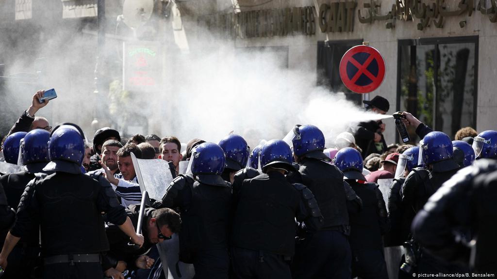 3 قتلى في مواجهات دامية بين الشرطة ومواطنين بالجزائر