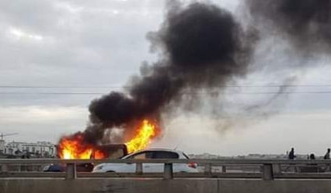 اندلاع نيران كثيفة في سيارة خفيفة بقنطرة الحسن الثاني بين سلا والرباط + فيديو