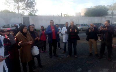 ممرضو وتقنيو الصحة يحتجون امام مديرية المركز الاستشفائي الجامعي ابن سينا