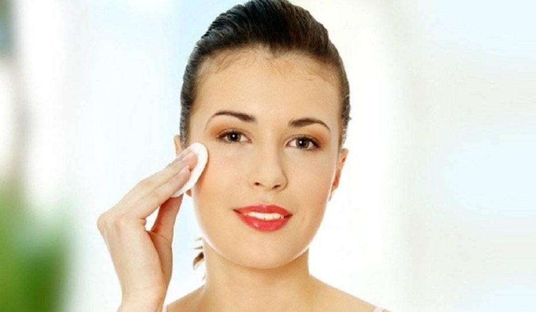 4 أخطاء تقعين فيها عند إزالة الماكياج تتسبب في تلف بشرتك