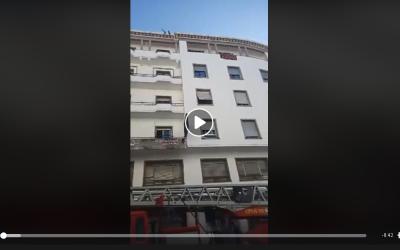 شخص يهدد بالانتحار من فوق سطح عمارة قرب البرلمان (+فيديو)