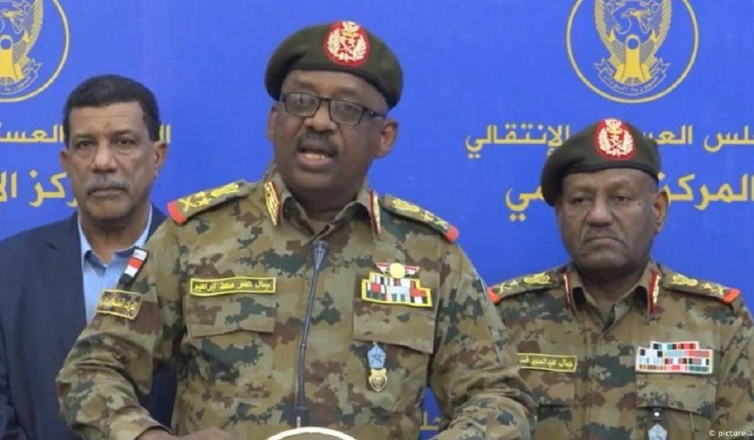 نوبة قلبية تودي بحياة وزير الدفاع السوداني في جوبا